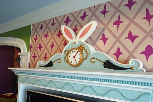 テレビ台にはウサギの耳と時計
