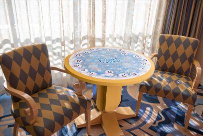 テーブルセット (c)Disney