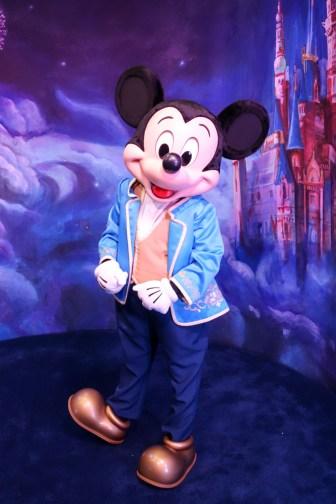 """上海ディズニーランドの""""ニュールック""""ミッキーマウス"""