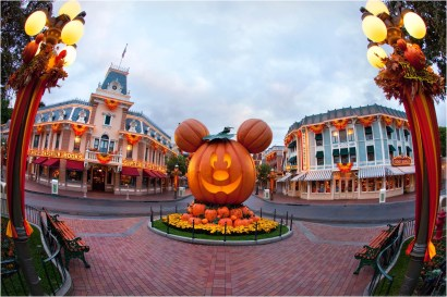 HALLOWEEN TIME AT THE DISNEYLAND RESORT (ANAHEIM, Calif.) ñ A Mickey Mouse-inspired jack-oí-lantern on Main Street, U.S.A., celebrates the spirit of the Halloween season at Disneyland Park. Halloween Time at the Disneyland Resort returns from Sept. 7 through Oct. 31, 2018 with spooky seasonal dÈcor, themed food and beverage offerings and attractions that get a seasonal overlay for Halloween. (Paul Hiffmeyer/Disneyland)
