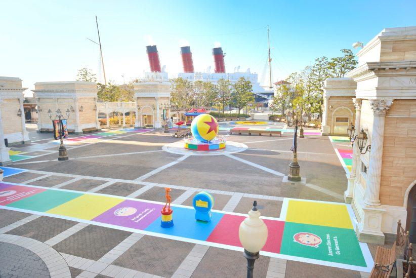 ウォーターフロントパークの床面デコレーション (c)Disney/Pixar