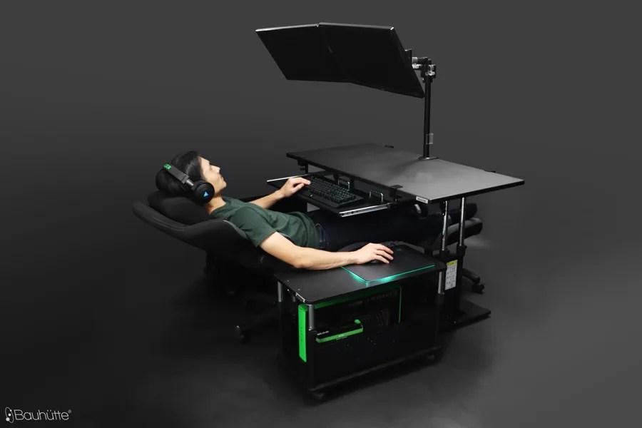 寝ながらパソコンができる? コックピット型のゲーミングデスク環境を構築する