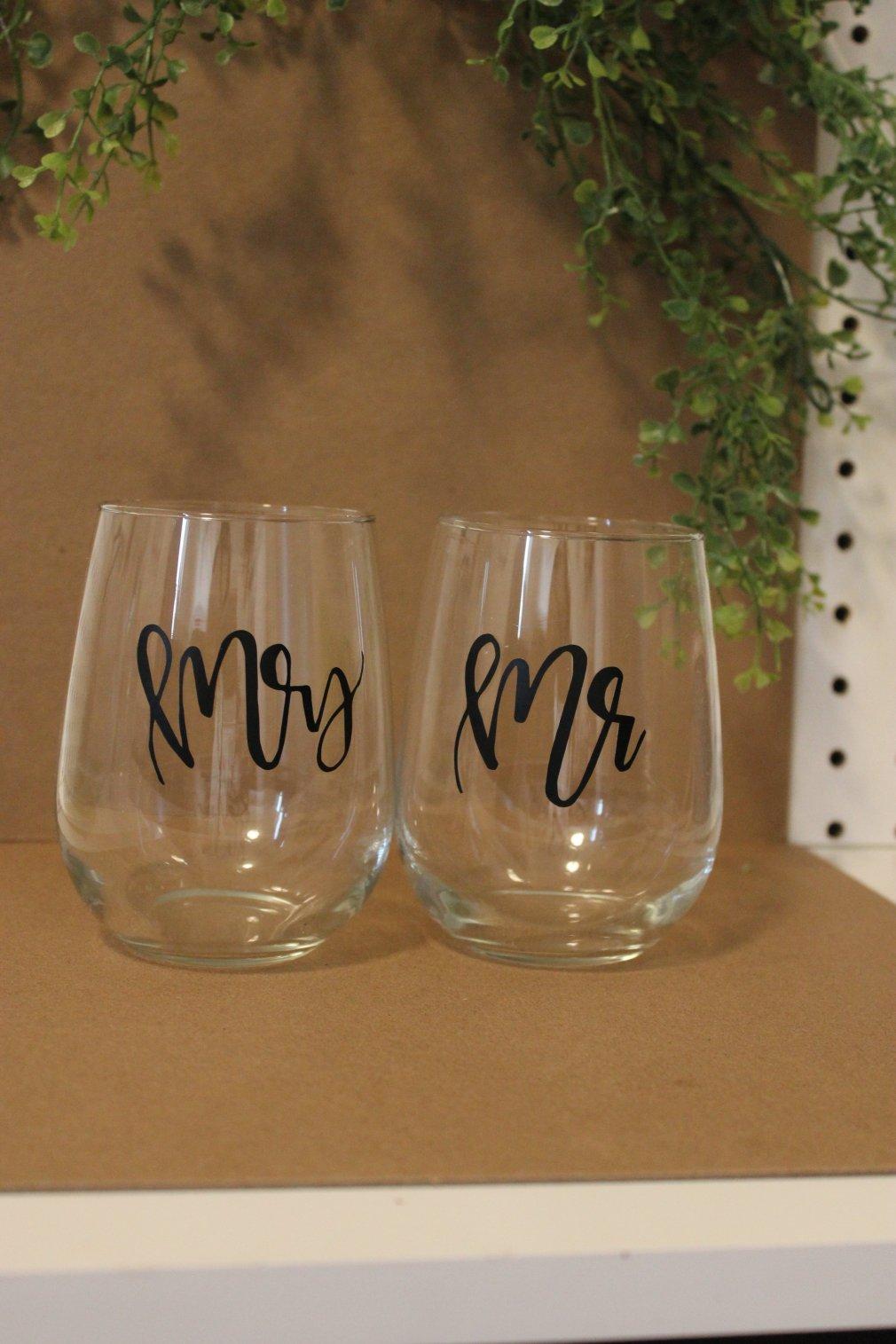 Two Wine Glasses - Mr & Mrs 00140