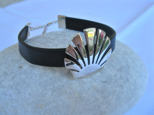 Gift this very precious pilgrim bracelet with symbolic scallop shell