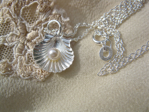 Scallop shell comes with a delicate sterling silver trace chain