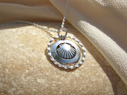 Scallop shell necklace comes with sterling silver trace chain