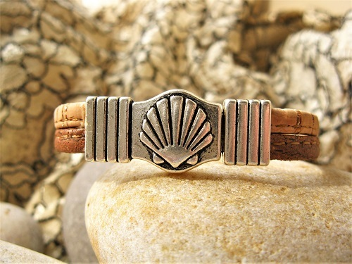Magnetic scallop shell clasp