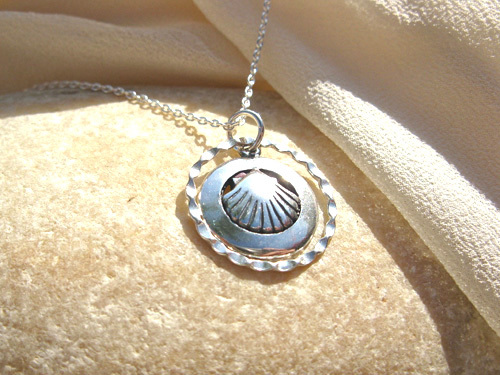 Scallop shell charm necklace ~ circle, silver 00779