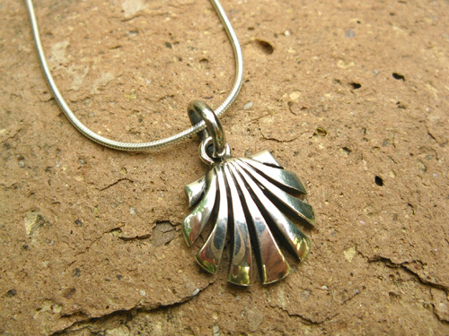 Scallop shell necklace / concha de vieira ~ open silver 00734