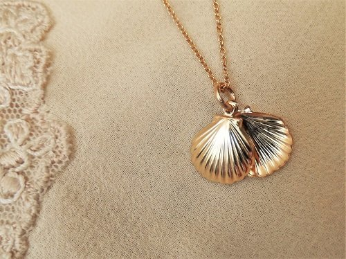 Close-up of the pretty gold-filled scallop shells