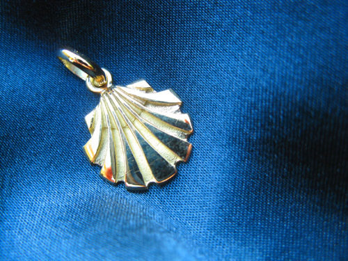 Solid gold scallop shell pendant / necklace ~ Santiago, classic 18ct 00875