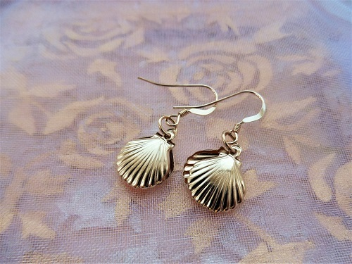 These scallop shell earrings are the perfect gift to wish safe travels