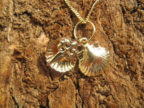 18ct gold scallop shell - symbolic of the pilgrim route to Santiago de Compostela