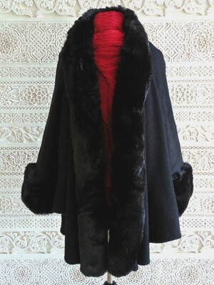 Sheyla - Luxurious Cape with faux fur trim