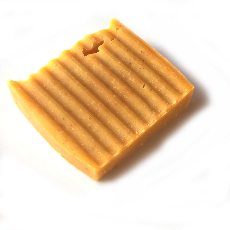 Savon à l'huile d'abricot et à la poudre d'urucum 00392