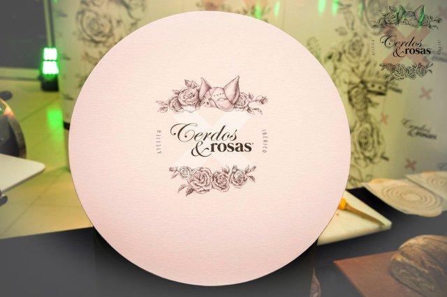 Cerdos y Rosas: Caja sombrerera acabado papel geltex tela