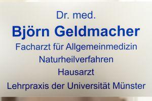 Eingangsschild der Praxis Dr. med. Björn Geldmacher am Westfalendamm in Dortmund