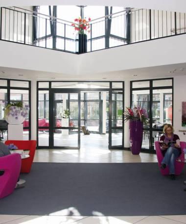 Das lichtdurchflutete Foyer bietet einen Blick in den Garten