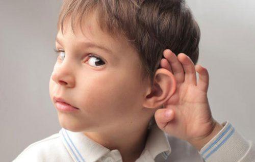 इयरवैक्स प्लगिंग के मुख्य लक्षणों में से एक सुनवाई हानि है