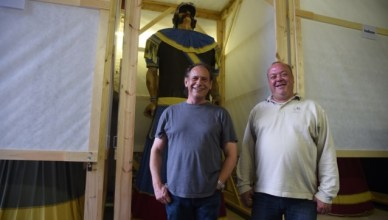 Stadsmedewerkers Jo Vermeir en Wim Impens met reus Mars. FOTO: SVOV
