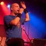 Ein Mann mit Mikrofon singt