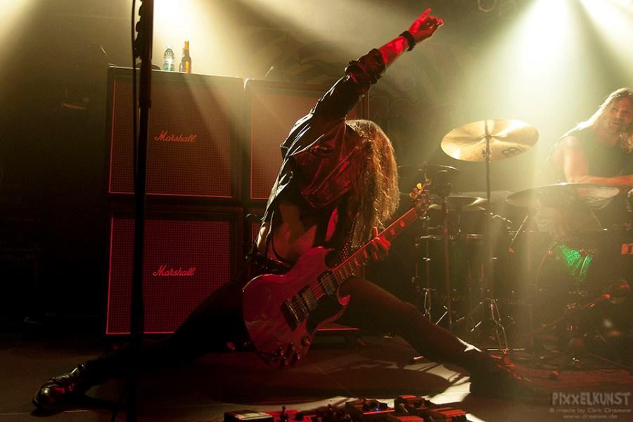 Ein Gitarrist macht Spagat