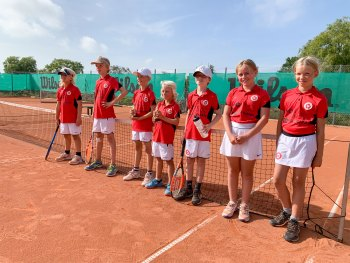 Glade U/10-spillere – fra venstre Bertram Hartung, Linus Stengaard, Felix Palm, Andreas Falch Midtgaard, Anton Duvold, Mathilde Rhode og Sally Lyngbo.