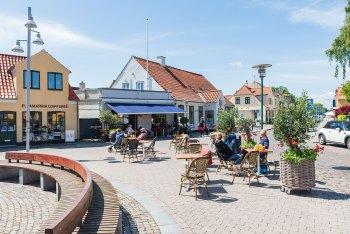 Kommunalbestyrelsen giver midlertidig tilladelse til mere udeservering for byens restauranter og caféer. Foto: HAS.