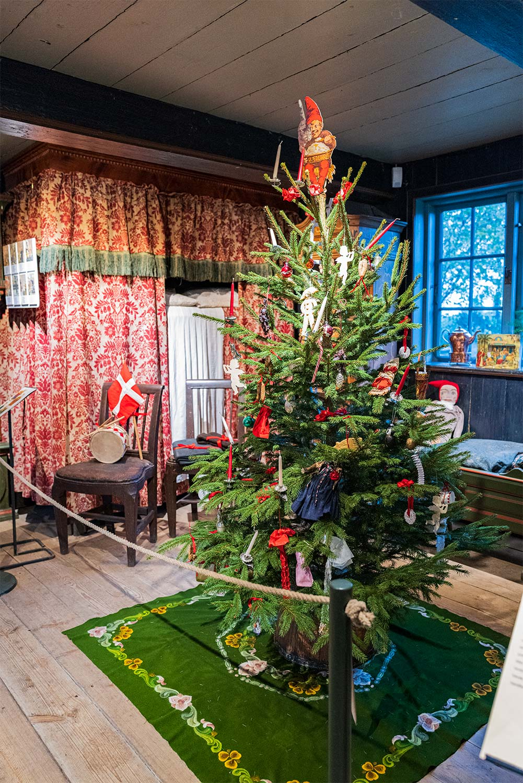 Juletræet i Dirch Jansens stue. Foto: TorbenStender.