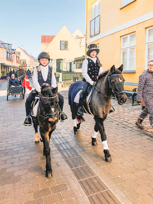 Silke Dorthea Heyde Lund (tv.) og Emma Leah Beenfeldt Bahnson på tur ned ad Kongevejen.