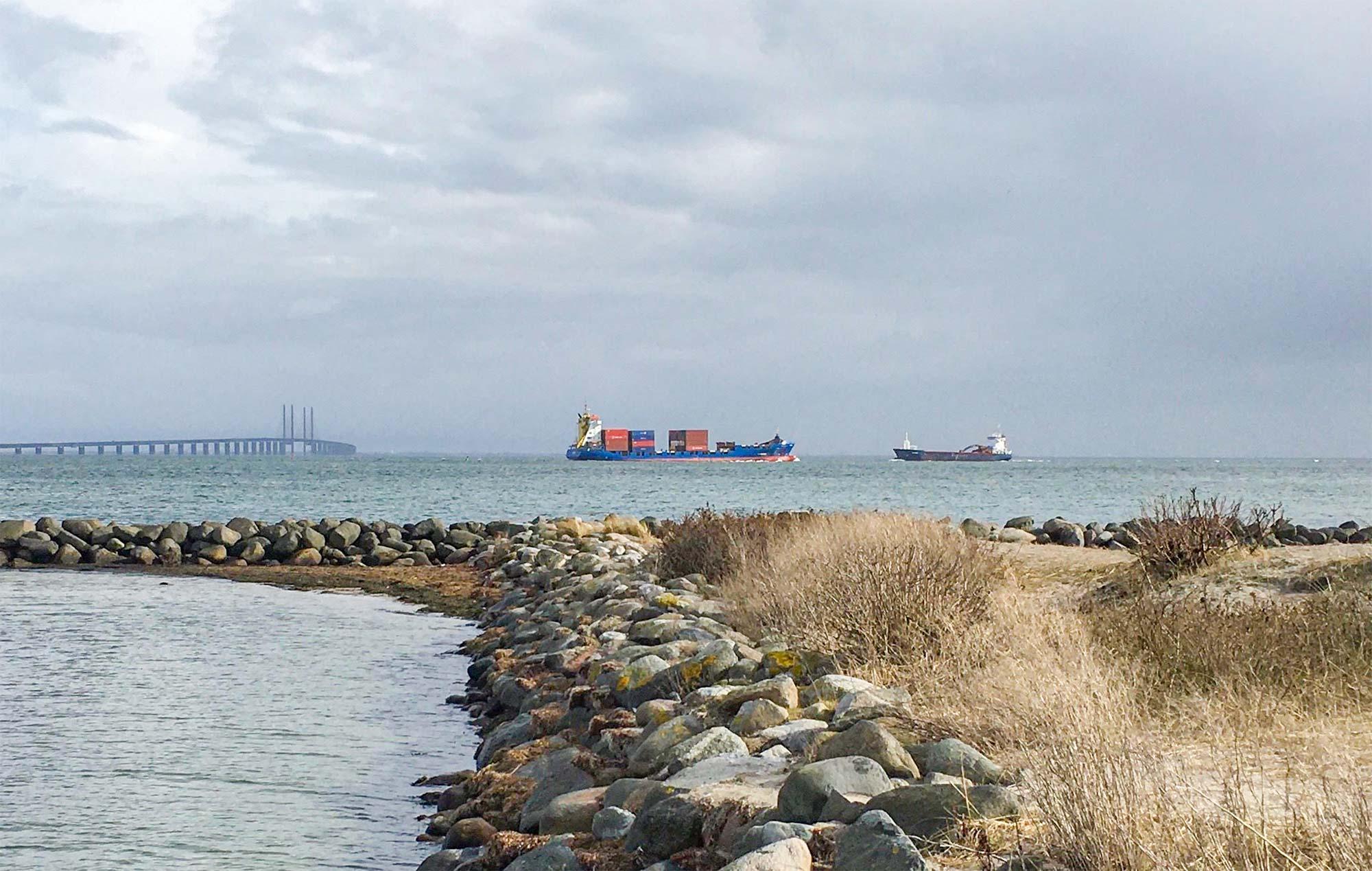 Mange store skibe besejler Øresund.