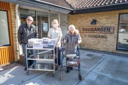 Sammen med ønsket om en god påske får Inge Karlsson på vegne af beboere og personale overbragt Besøgsvennernes gave, som de udtrykker håb om må smage. Foto: TorbenStender.