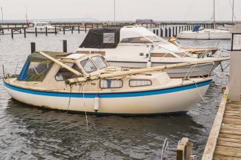 Weekendens hårde vind gav problemer og skader i den ny lystbådehavn; blandt andet knækkede masten på denne båd. Foto: TorbenStender.