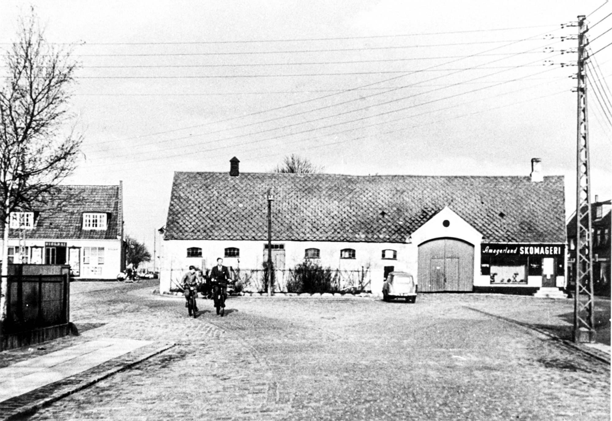 Neels Torv med Kongevejsgården. 1953. Foto: Historisk Arkiv Dragør.