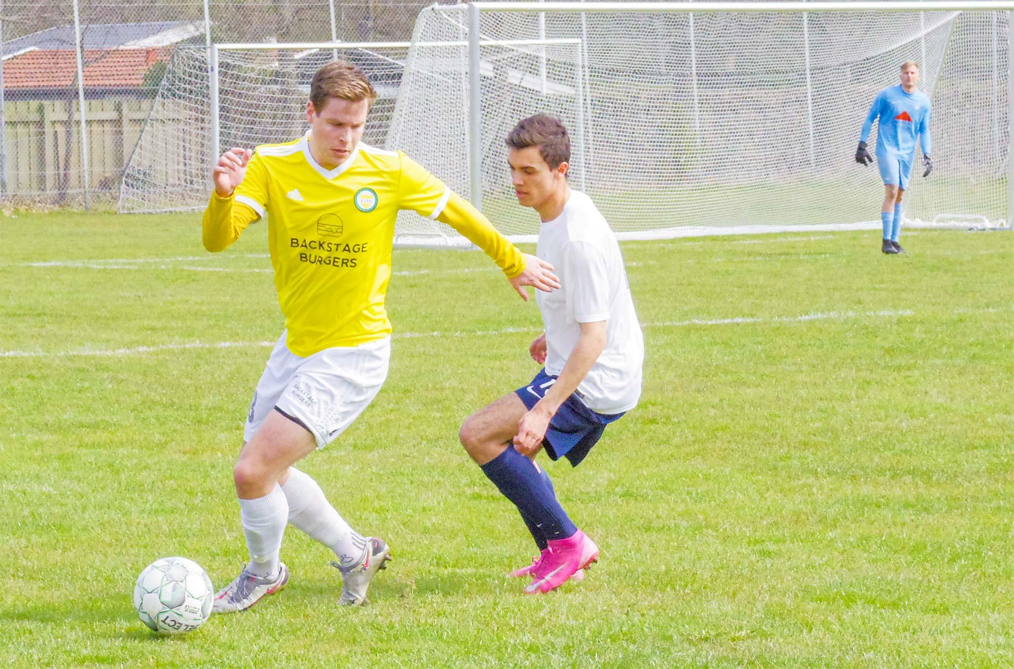 Frederik Glendorf runder en Kastrup-spiller.
