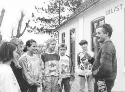 Året er 1993. David Rehling er i dialog med børn på Sølyst om miljøet. Foto: Dirch Jansen