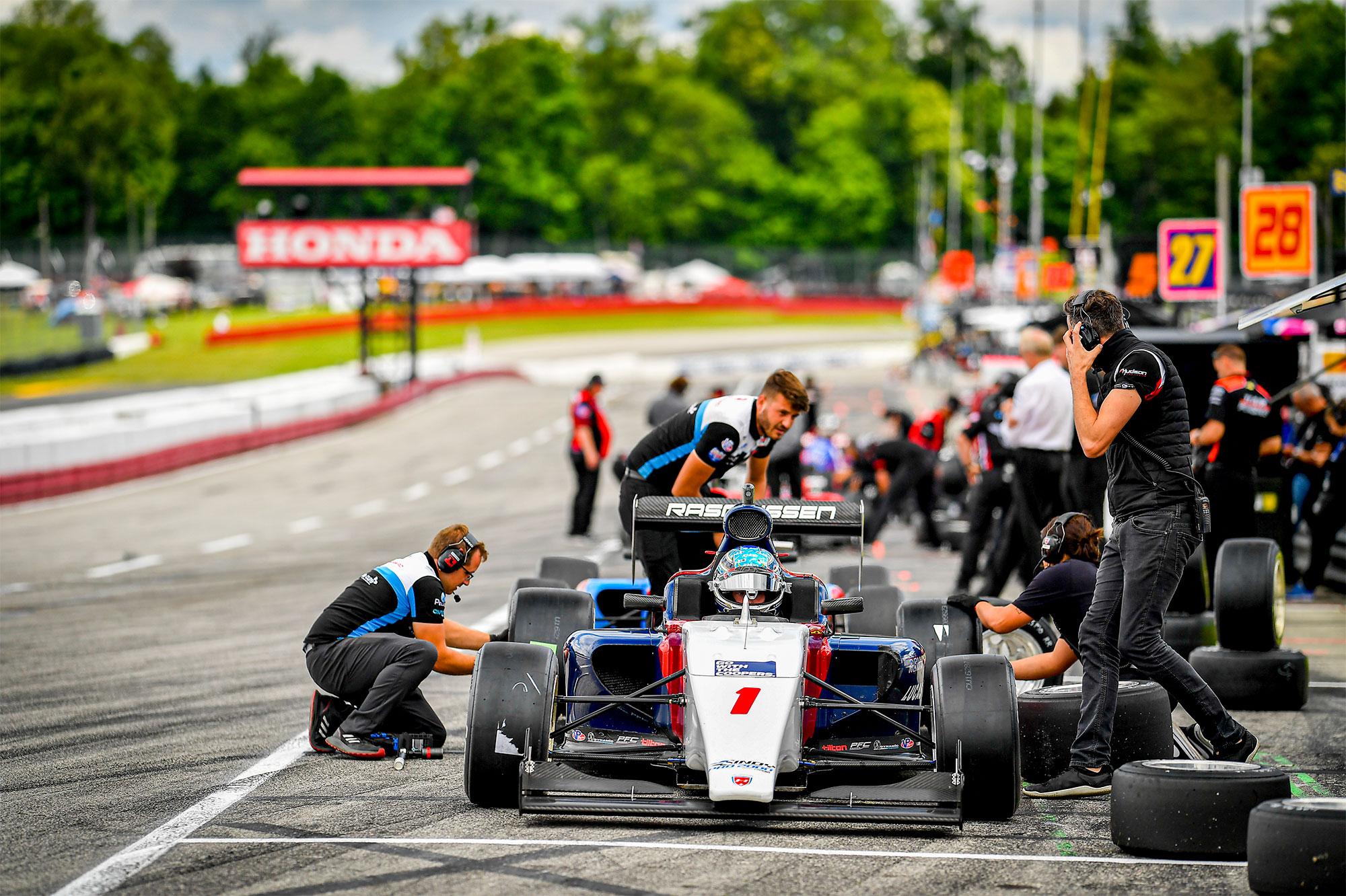 Christian Rasmussens JHDD-bil gøres klar til kvalifikationsløb.
