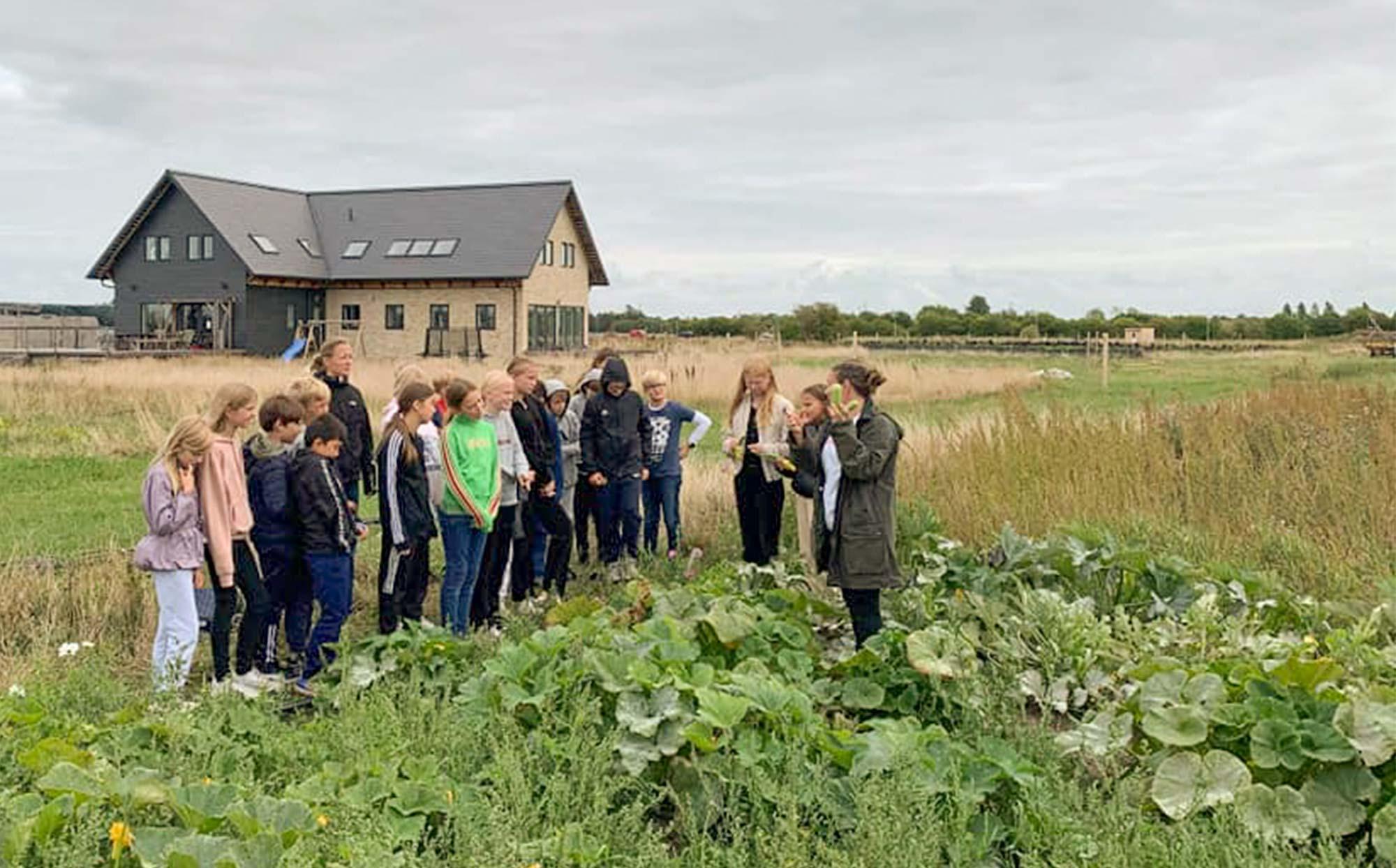 Udeskolen besøger gerne lokale erhverv – som her på Seerupgaard.