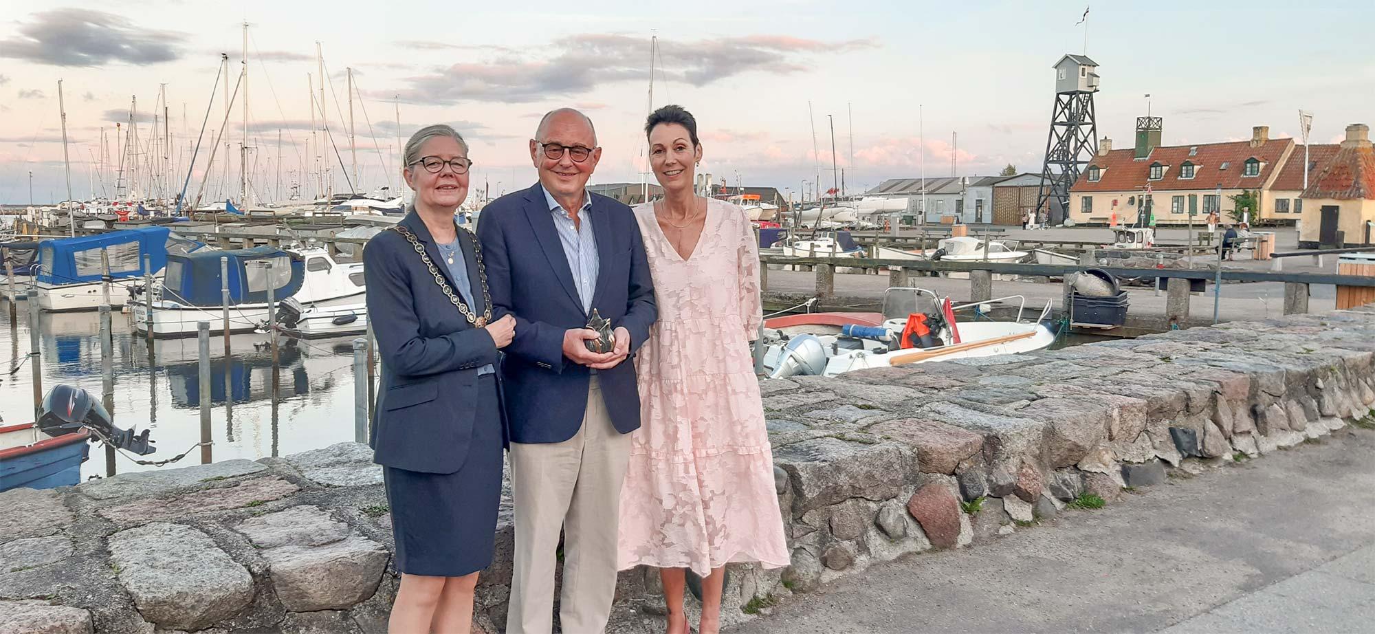 To dage efter arrangementet i Hollænderhallen fik Ulrik Ankerstjerne overrakt sin pris. Han ses her flankeret af borgmester Helle Barth og Tina Vexø.