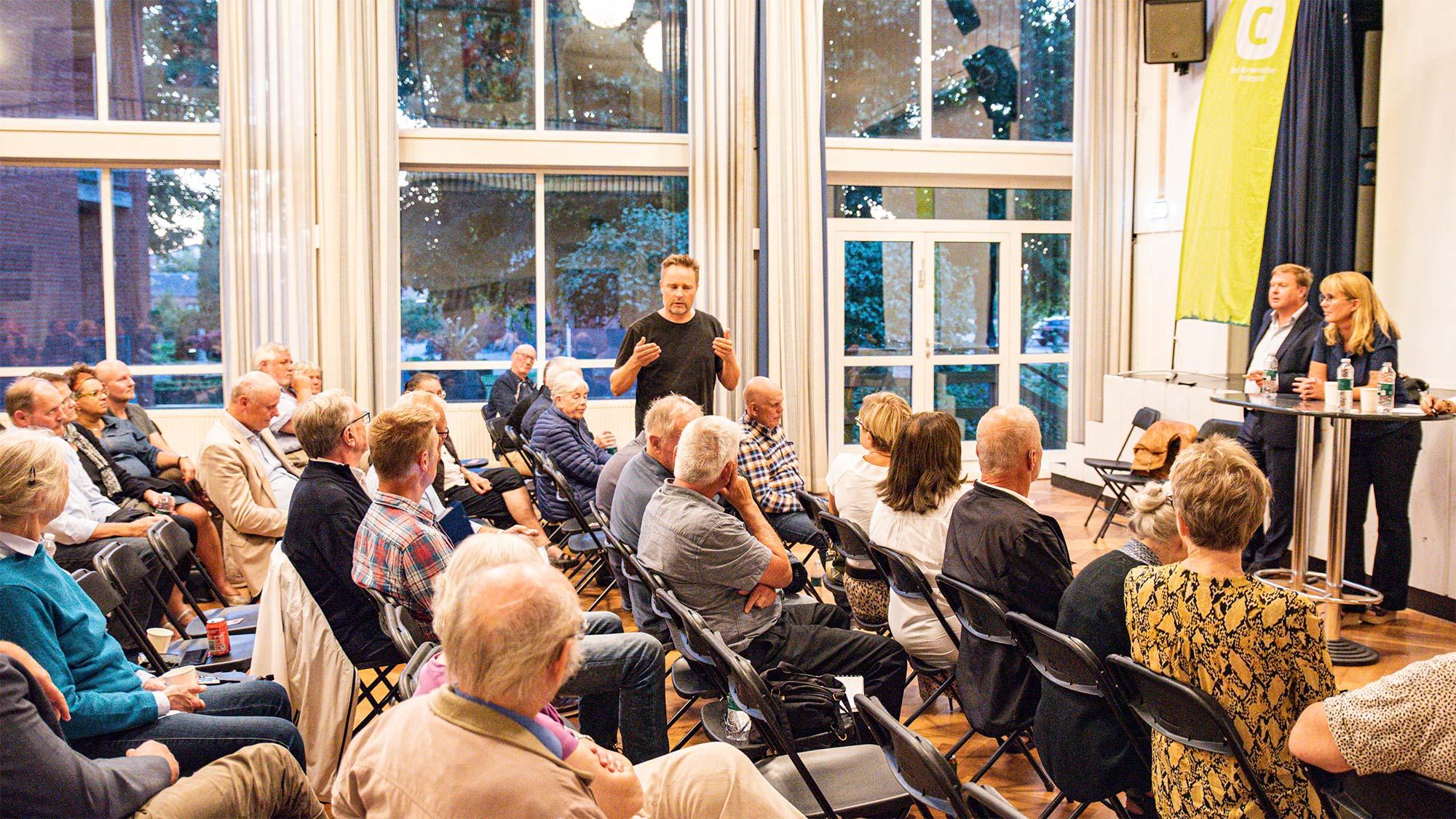 Er kommunesammenlægninger en fordel eller en ulempe? Tilhørerne deltog aktivt i debatten. Foto: HAS.
