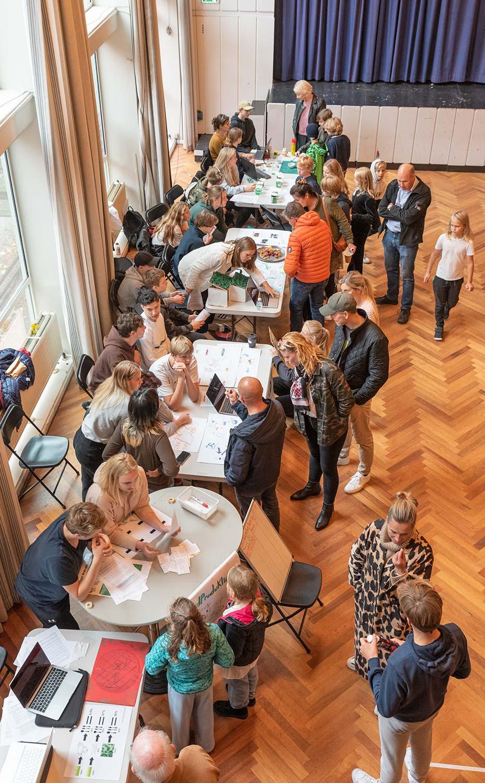 9.-klasserne på Dragør Skole indtog Aulaen til deres del af udstillingen. Foto: Thomas Mose.