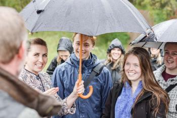 På trods af regn var der smil, da statsminister Mette Frederiksen, miljøminister Lea Wermelin og Tårnby borgmester Allan S. Andersen var på vandretur i Dragør med Grønt Råd på Tårnby Gymnasium og HF.