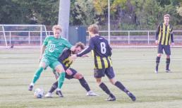 Kristoffer »K« Enoch omgivet af FB-spillere. Dragør Boldklub spiller her i grønne dragter.