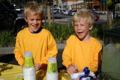Cooper and Devon Smith squeeze fresh lemonade for cancer research