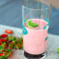 Strawberry Smoothie with Lemon Balm and Mint