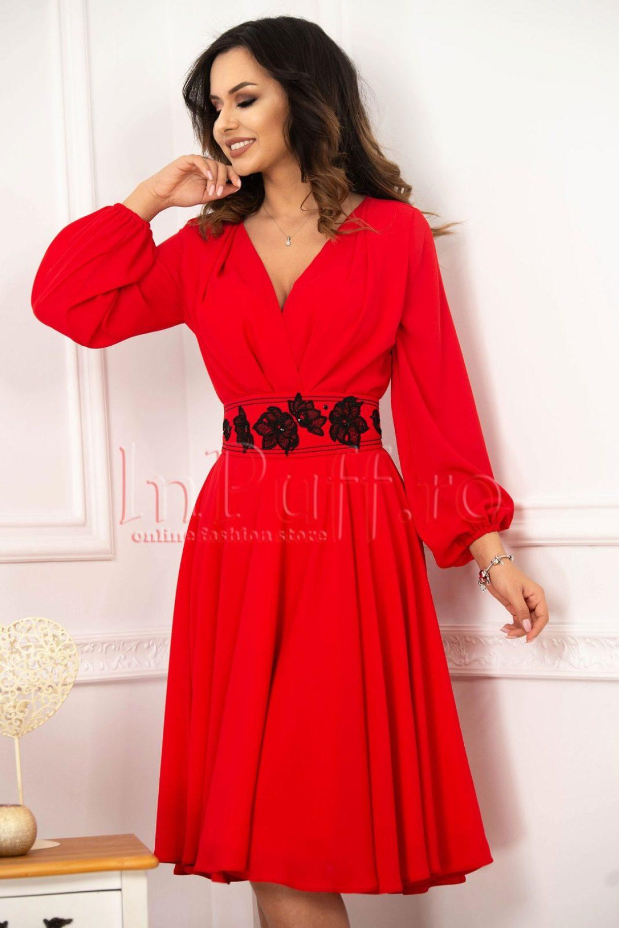 Rochie midi rosie din voal cu decolteu petrecut