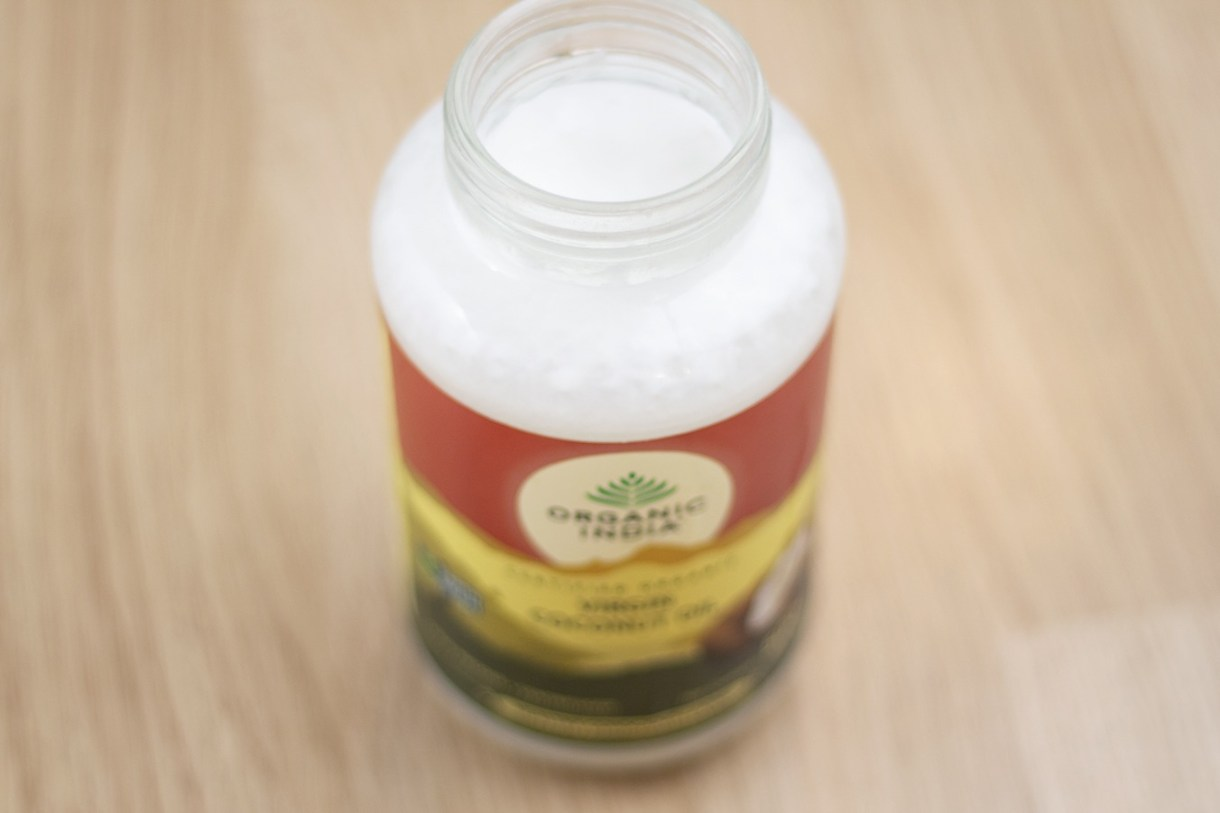 Top 8 beneficii uimitoare ale uleiului de cocos extra virgin pentru piele, par si sanatate