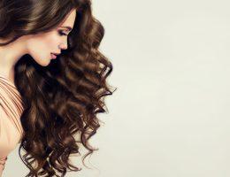 Șatenele au un nou secret de îngrijire a părului: Gama Brilliant Brown de la PARUSAN