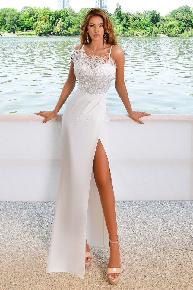 Rochie alba lunga eleganta cu franjuri la bust si bretelute