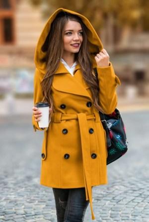 Palton dama mustar scurt cambrat cu gluga din stofa si cordon in talie